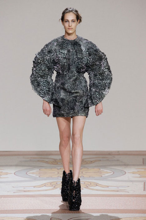 dezeen_Magnetic-grown-dresses-by-Iris-van-Herpen-and-Jolan-van-der-Wiel_2