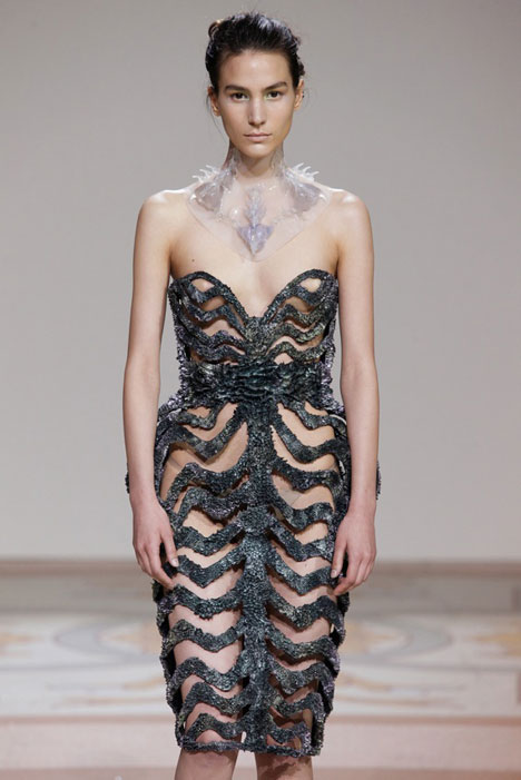 dezeen_Magnetic-grown-dresses-by-Iris-van-Herpen-and-Jolan-van-der-Wiel_4