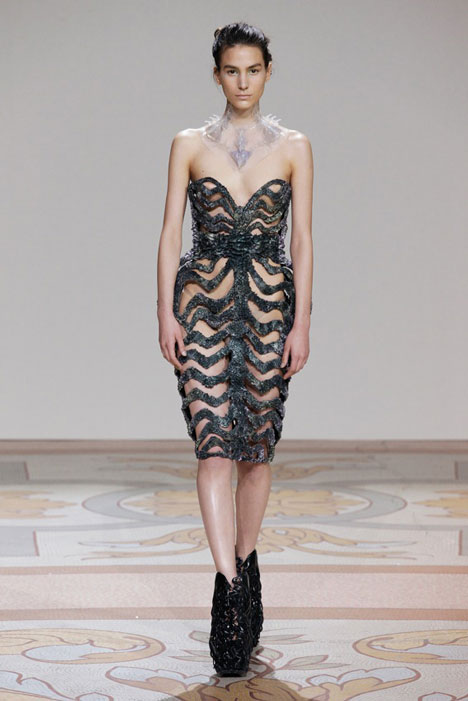 dezeen_Magnetic-grown-dresses-by-Iris-van-Herpen-and-Jolan-van-der-Wiel_5