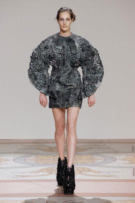 dezeen_Magnetic-grown-dresses-by-Iris-van-Herpen-and-Jolan-van-der-Wiel_2