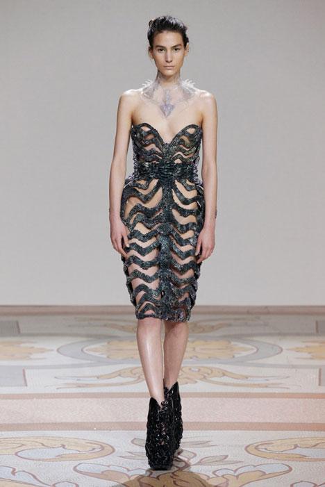 dezeen_Magnetic-grown-dresses-by-Iris-van-Herpen-and-Jolan-van-der-Wiel_5